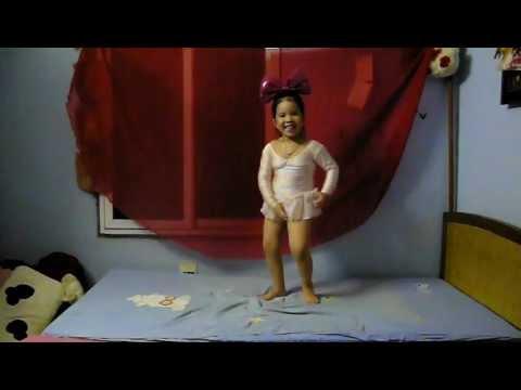Khánh Chi Ỉn (4 tuổi )  múa Đàn gà con trong vườn