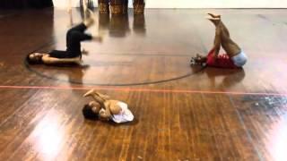 Маленькая девочка дает урок хореографии взрослым  Это лучший учитель танцев!