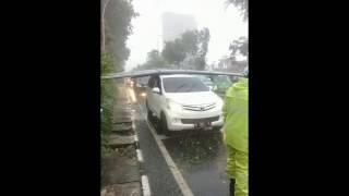 detik detik Puting beliung dan hujan es di Surabaya dan mobil mewah pada rusak parah