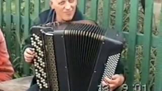 Александр Корчевой и Сергей Снурницин отрываются во дворе в деревне