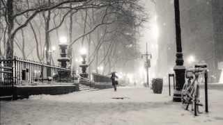 """Avui començarà amb una nevada i acabarà caient pluja a galledes. Molta precaució en els vostres desplaçaments perquè podreu trobar plaques de gel a la carretera i neu a granel en moltes poblacions poc habituades a nevades. Les temperatures començaran un lent ascens que es notarà ja demà, quan es donarà per liquidada l'onada de fred siberiana. Per acomiadar la neu que ens acompanya avui, no podia faltar un clàssic de Salvatore Ádamo, un famós cantautor italo-belga que va tenir gran èxit comercial durant els anys 1960 i 1970, principalment a Europa i Amèrica Llatina .... """"Cau la neu """""""