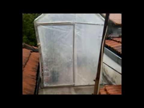 Estufa construída com cano de PVC e com plastico de estufa