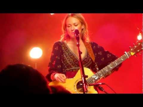 Jewel Sings