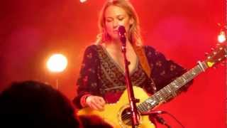 """Jewel Sings """"Hands,"""" Discusses Song's Origin, Collaborating with Kelly Clarkson"""