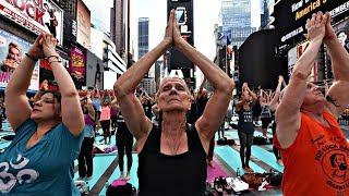 Торжество разума над безумием: 12 000 человек практиковали йогу на Таймс-сквер (новости)