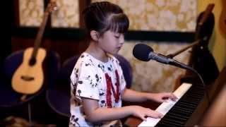 """Bé Gái Cực Dễ Thương Vừa Đệm Guitar, Chơi Piano Vừa Hát """"See You Again"""" - V.A"""