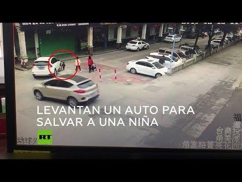 Levantan un coche para salvar unha nena que acababa de ser atropelada