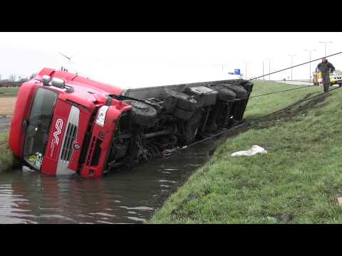 Vrachtwagen te water langs N242 in Alkmaar door losgeschoten stuurstang