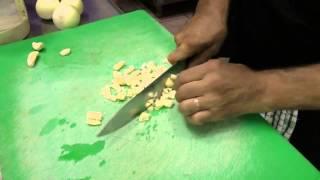 Как резать чеснок. видео урок от профессионала!