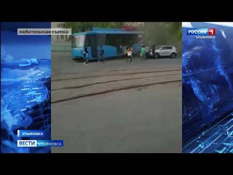 Трамвай с пассажирами сошел с рельсов