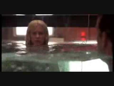 Sirena y hombre desnudos en un acuario