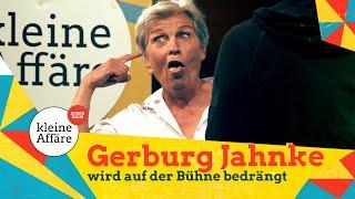 Gerburg Jahnke wird auf der Bühne bedrängt