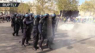 Yellow Vests in Paris: Demonstrators clash with police in protest against anti-rioting law