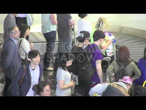 crazy-fans-at-k-pop-singer-taeyang-airport-arrival-in-paris