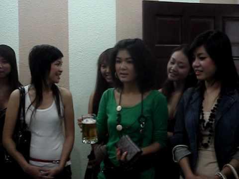 Kieu Nu Va Dai Gia cheer At Phuocloctho Restaurant
