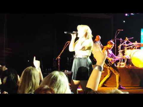 Kelly Clarkson Verizon event Breakaway