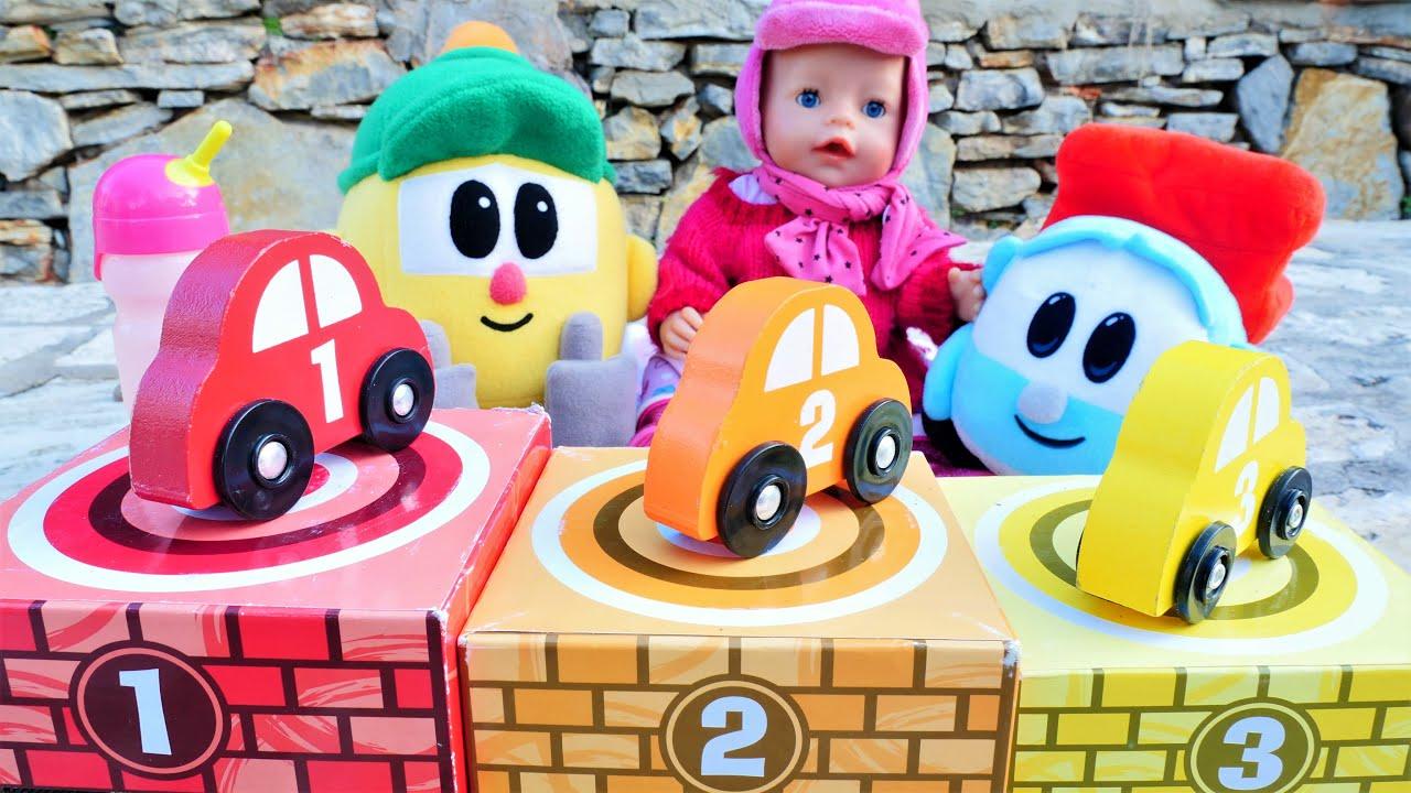 Baby Born oyuncak arabalar kamyon Leo ve Lifty oyuncak bebek ile ilgileniyorlar. Bebek bakma oyunu