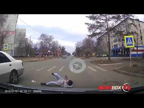 Беспокойная женщина-пешеход угодила под машину в Арсеньеве