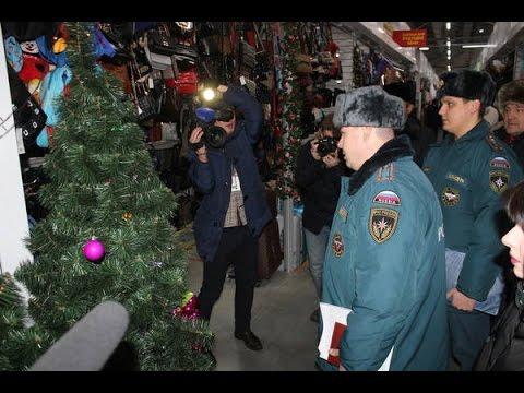 Инспекторы пожарного надзора проверяют торговые павильоны