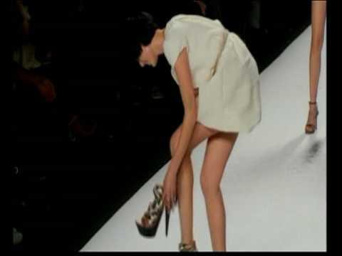 Agyness Deyn's fail - She falls twice during a fashion show