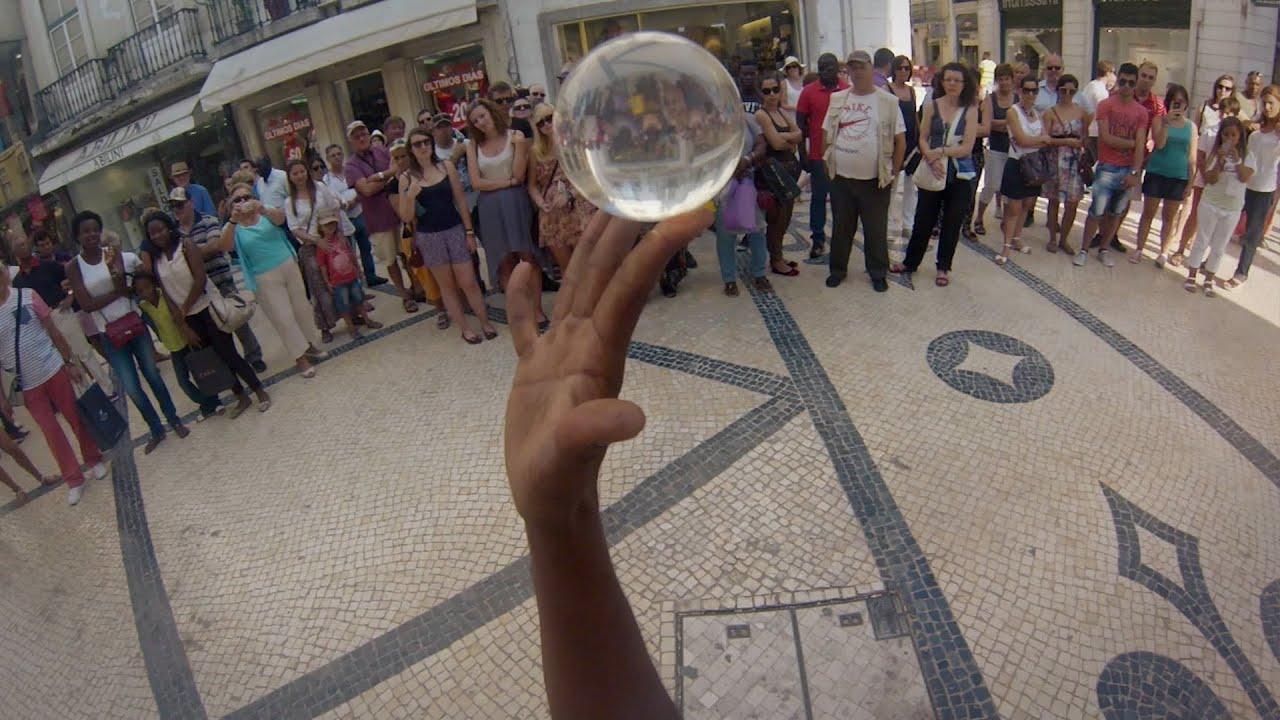Une boule de cristal dans la rue