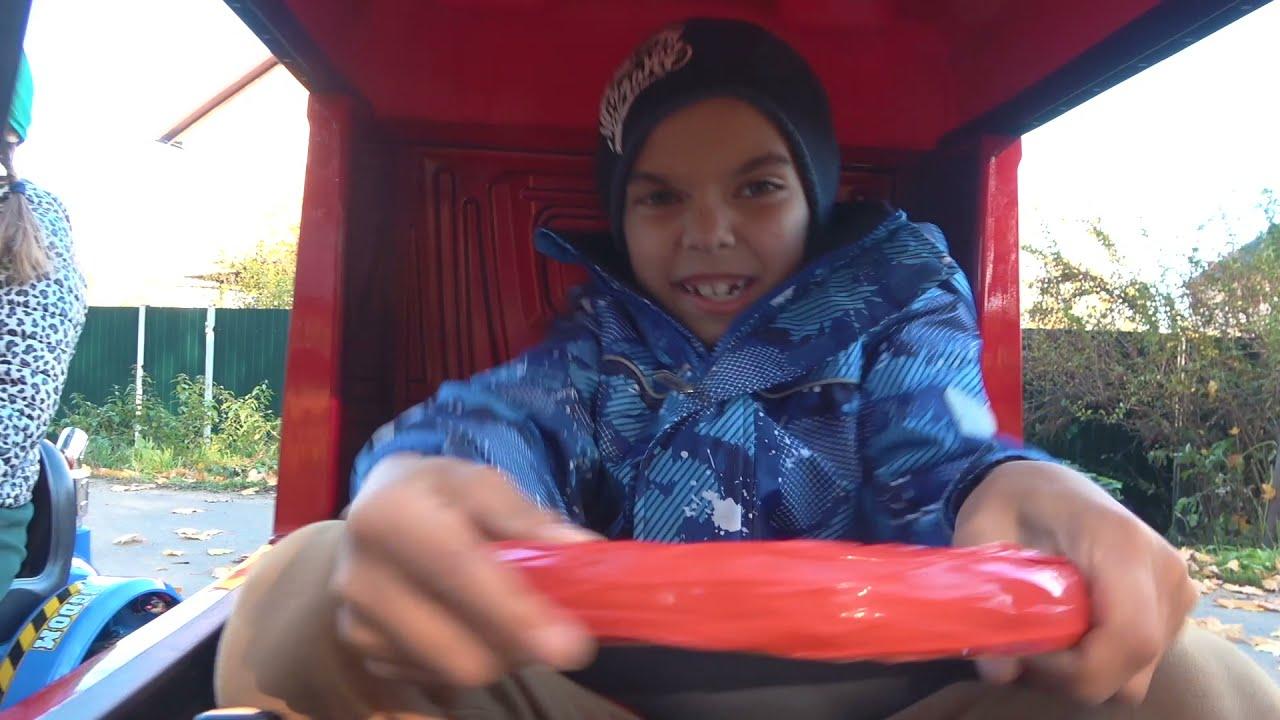 Малыш на синем тракторе едет по полям и помогает вытащить застрявший трактор на детском грузовике