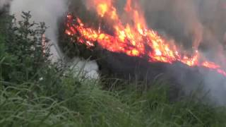 Hà Nội:  Nguy hiểm tiềm tàng từ  cháy lớn cỏ ven đê