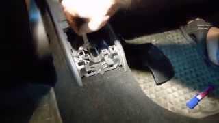 видео Провалилось педаль сцепления. Прокачиваем цилиндр сцепления от воздуха.