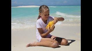 Девочка решила полакомиться манго на пляже! Родители забили тревогу, и вот почему