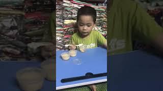 Bé 4 tuổi ăn bánh flan