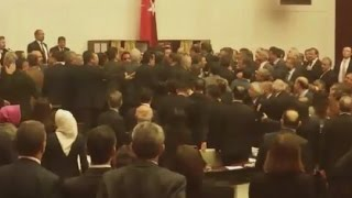 """عراك عنيف في البرلمان التركي بسبب """"صلاحيات أردوغان"""""""