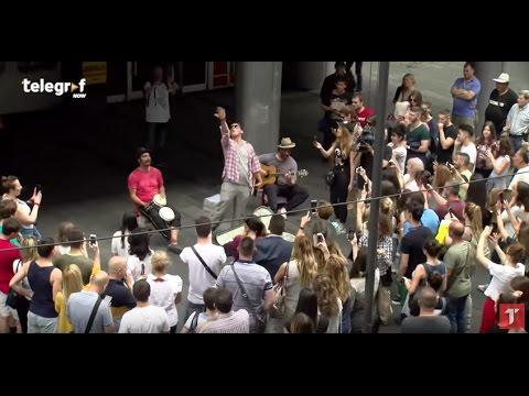Vlado Georgiev premaskiran svira na ulici, masked Serbian pop singer playing in the street