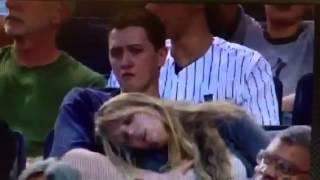 Repeat youtube video Hombre manosea a una mujer en el partido de los Yankees