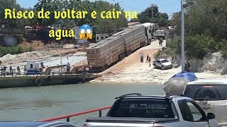 Carreta de 2 Andares Carregada de Bois não consegue subir e trava o trânsito na Balsa/ Manga MG