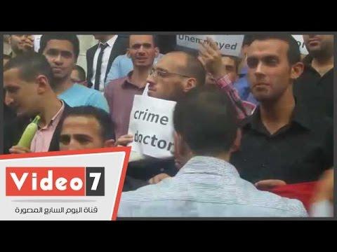 اليوم السابع : بالفيديو.. حملة الماجستير والدكتوراه يرفعون