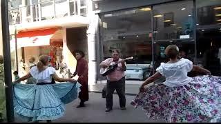 Cantando Folklore acompañando a grupo folklórico en la peatonal de ...