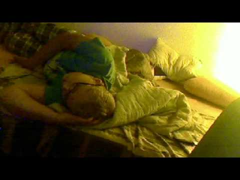 mit kumpel in einem bett schlafen