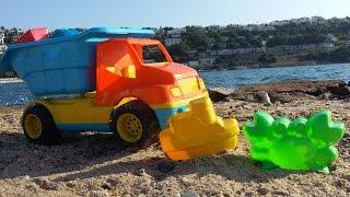 Машинки Капуки Кануки на пляже. Игрушечный грузовик. Сюрпризы. Игрушки для песка(Видео для детей на пляже. Сегодня к Маше приезжает игрушечный грузовик. В его кузове сюрпризы: разноцветные..., 2015-06-06T07:39:17.000Z)