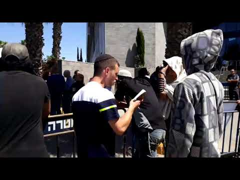 חברי הנאשמים בפרשת דומא מפגינים בכניסה לבית המשפט במהלך ההכרעה במשפט הזוטא