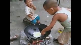 Четырехлетний мальчик готовит обед для сестренки