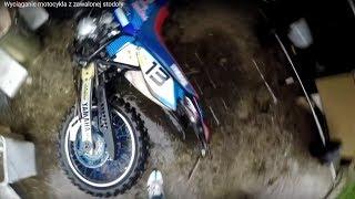 Wyciąganie motocykla z zawalonej stodoły