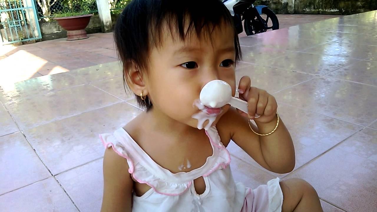 Bé Ngoc Hân quảng cáo sữa chua vinamilk