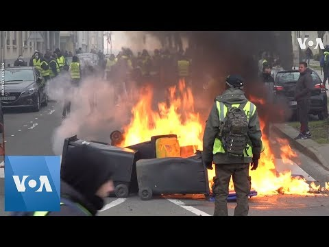 """French """"Yellow Vests"""" Clash With Police, Block Bridges in Nationwide Protests"""