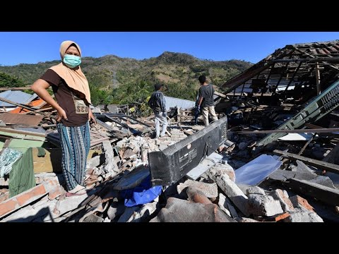 Strong aftershock hits Lombok as quake death toll tops 300