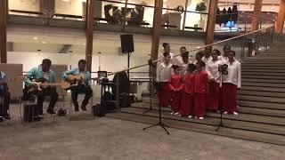 Kinderkoor Eluzaï zingt in het Stadskantoor te Alphen aan den Rijn