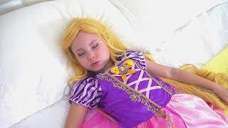 Alice finge PRINCESAS está agotada y quiere descansar