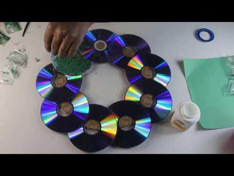Keren, hiasan dinding dari barang bekas CD