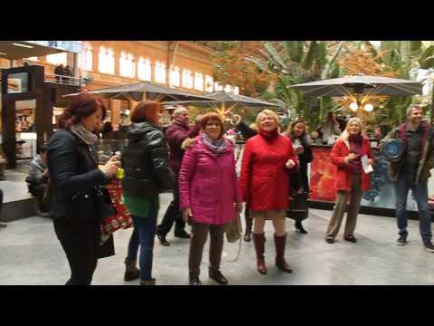 Flashmob Флешмоб на вокзале в Мадриде. Люди спели на русском языке Мы Желаем Счастья Вам