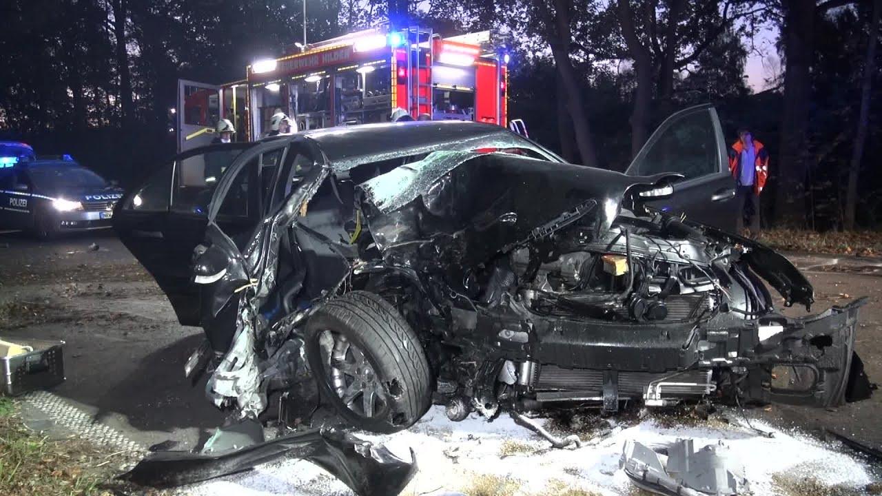 Verkehrsunfall Mit Eingeklemmter Person Pkw Rast Vor Baum
