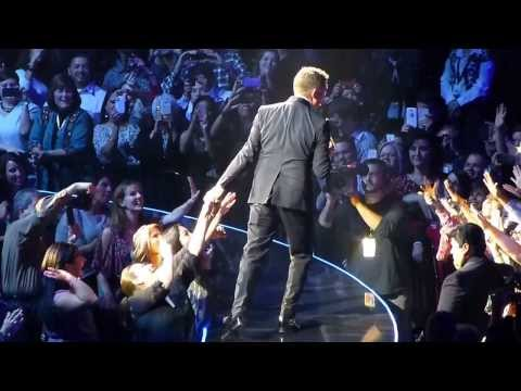 Michael Buble - Who's Loving You (Live)